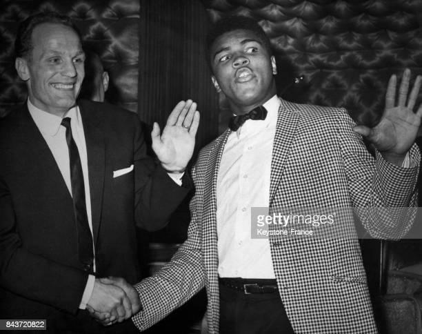 Le boxeur américain Mohamed Ali et le boxeur britannique Henry Cooper en conférence de presse à Londres RoyaumeUni le 27 mai 1963