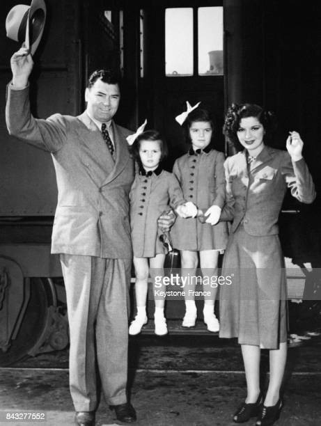 Le boxeur Jack Dempsey sa femme l'actrice Hannah Williams et leurs deux filles Joan et Barbara saluent à leur descente du train pour assister à...