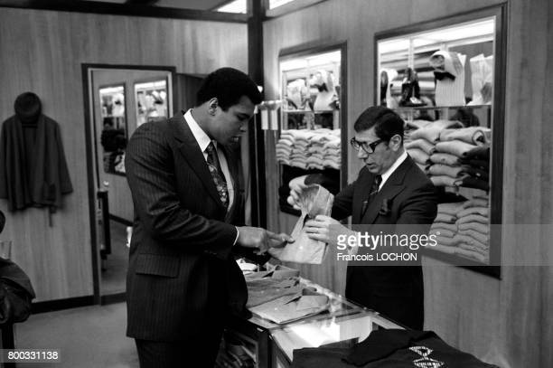 Le boxeur Mohammed Ali achète des chemises dans un magasin pendant sa visite en mars 1976 à Paris France