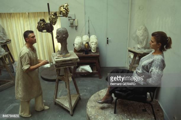 Le buste de la chanteuse Jeane Manson effectue par la sculpteur Daniel Druet dans son atelier le 4 novembre 1983