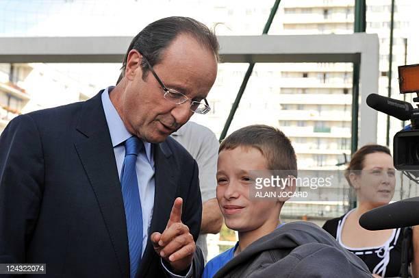 Le candidat à la primaire PS François Hollande discute avec un élève alors qu'il visite une école lors d'un déplacement sur le thème de l'éducation à...