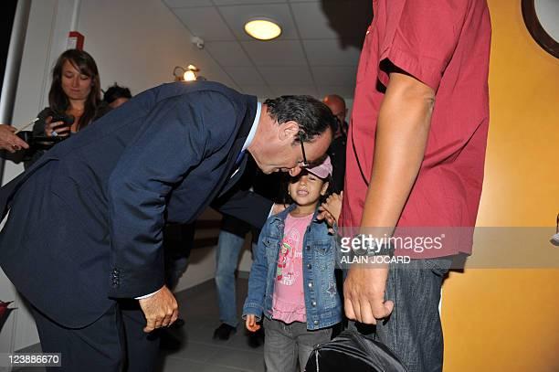 Le candidat à la primaire PS François Hollande discute avec une élève alors qu'il visite une école lors d'un déplacement sur le thème de l'éducation...