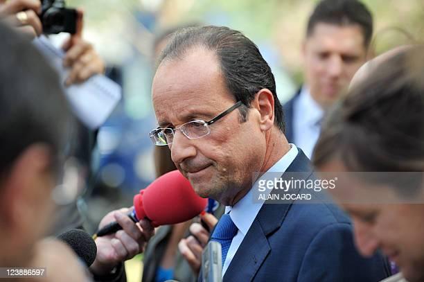 Le candidat à la primaire PS François Hollande répond aux journalistes lors d'un déplacement sur le thème de l'éducation à l'occasion de la rentrée...