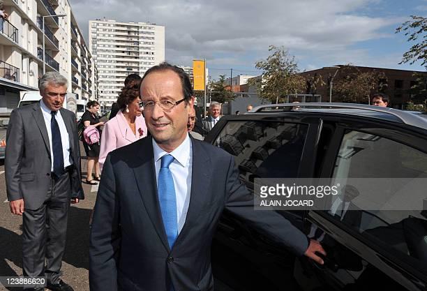 Le candidat à la primaire PS François Hollande s'apprête à monter en voiture après la visite d'une école lors d'un déplacement sur le thème de...