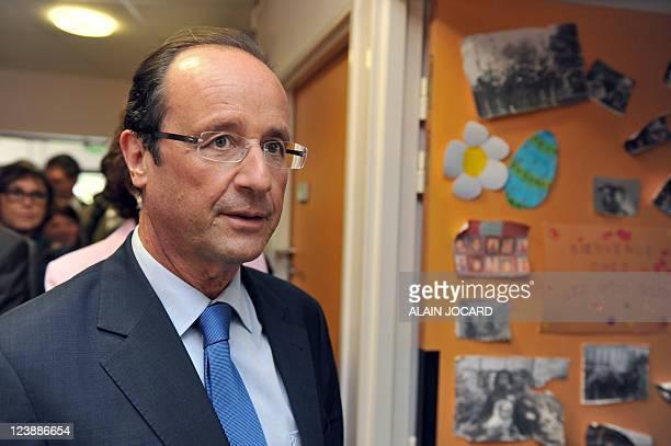 Le candidat à la primaire PS François Hollande visite une école lors d'un déplacement sur le thème de l'éducation à l'occasion de la rentrée scolaire...