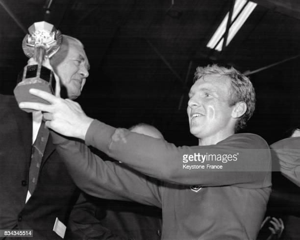Le capitaine anglais Bobby Moore soulève avec fierté le trophée que l'équipe d'Angleterre a gagné à Londres RoyaumeUni le 30 juillet 1966