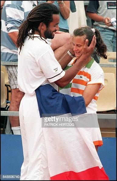 le capitaine de l'équipe de France féminine de tennis Yannick Noah félicite la joueuse Alexandra Fusai le 13 juillet à Nice à l'issue du dernier...