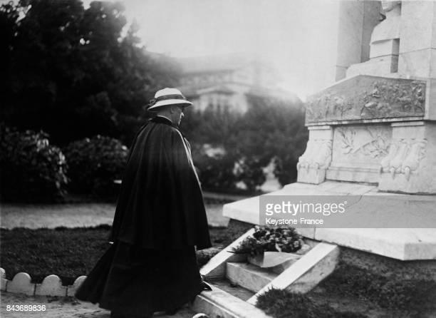 Le cardinal Verdier dépose une couronne au Monument aux morts de l'Afrique Noire à Dakar Sénégal en 1936