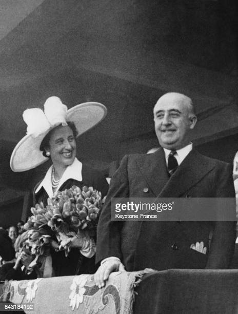 Le Caudillo Franco et sa femme Carmen assistent à la victoire de l'équipe espagnole contre le Portugal lors des championnats du monde de football au...