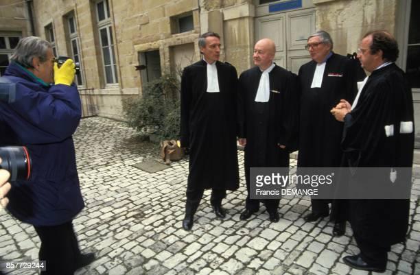 Le celebre photographe Helmut Newton photographiant les avocats de Muriel Bolle lors du proces de JeanMarie Villemin pour le meurtre de Bernard...