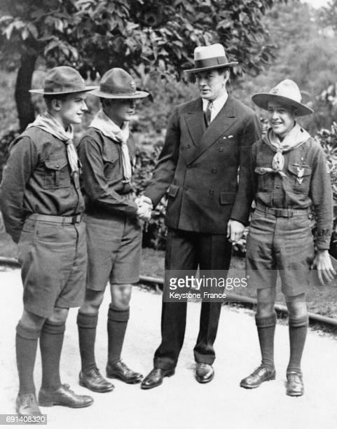 Le champion de boxe américain Gene Tunney entouré de scouts américains lors d'un déjeuner d'honneur organisé par l'American Club de Paris à son...