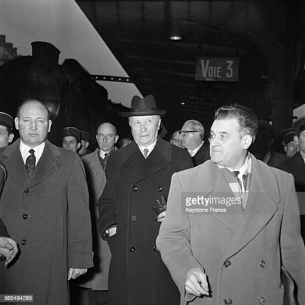 Le Chancelier Adenauer photographié à son arrivée à la Gare de l'Est à Paris France le 14 décembre 1957