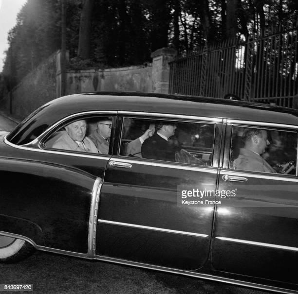 Le chancelier Konrad Adenauer et le ministre des affaires étrangères Pierre Mendès France à l'entrée du château de La CelleSaintCloud France le 19...