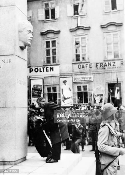 Le Chancelier von Schusnigg déposant une couronne au pied du monument à Sankt Pölten Autriche le 22 octobre 1935
