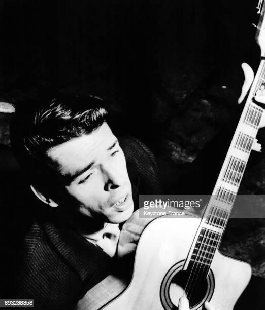 Le chanteur belge Jacques Brel sur scène circa 1960
