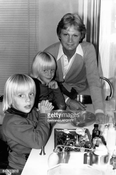 Le chanteur Claude Francois blesse lors de l'attentat de l'hotel Hilton a Londres s'est rendu en compagnie de ses enfants Coco et Marc chez le...