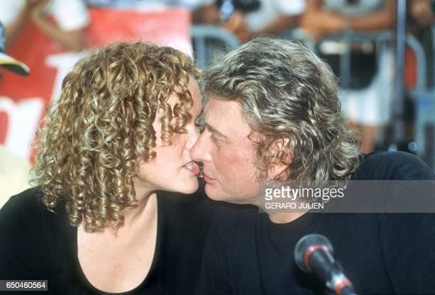 Le chanteur de rock et acteur français Johnny Hallyday embrasse le 11 juillet 1995 à SaintTropez sa compagne Laetitia Né le 15 juin 1943 à Paris un...