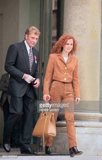 Le chanteur de rock et acteur français Johnny Hallyday et son épouse Laeticia quittent le 24 janvier 1997 à Paris le palais de l'Elysée ou le rocker...