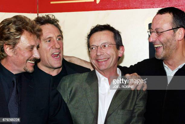 Le chanteur et comédien Johnny Hallyday pose en compagnie du réalisateur Patrice Leconte et des acteurs Jean Reno et Gérard Depardieu le 20 janvier...