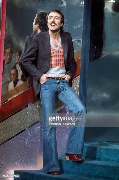 Le chanteur Michel Delpech lors d'une émission de télévision circa 1970 à Paris France