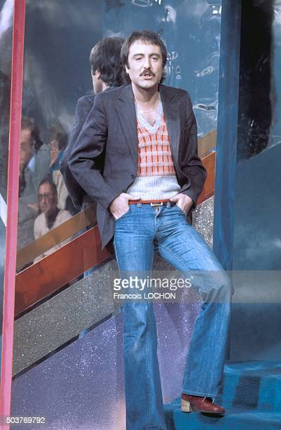 Le chanteur Michel Delpech lors d'une émission de télévision à Paris France circa 1970