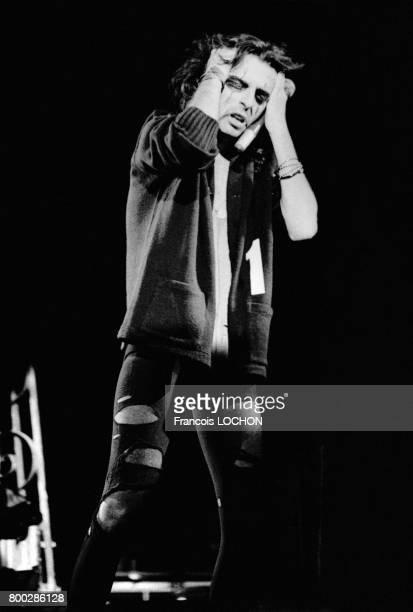 Le chanteur rock Alice Cooper sur scène aux abattoirs de la Villette Paris France en septembre 1975 pour présenter son nouvel album 'Welcome to My...