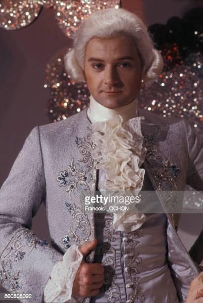 Le chanteur William Sheller costumé en Mozart participe à l'émission 'Les Rendezvous du Dimanche' en juin 1976 à Paris France