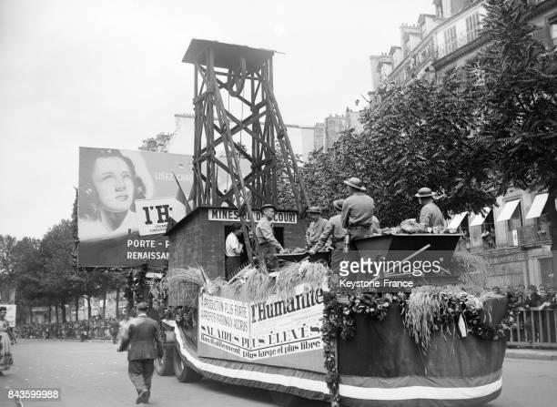 Le char du journal L'Humanité défile dans les rues de la capitale le 14 juillet 1946 à Paris France