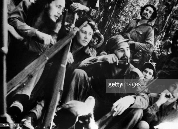 Le chef rebelle Fidel Castro assiste à un concert donné par ses partisans le 13 avril 1958 dans la jungle cubaine A sa droite sa secrétaire Celia...