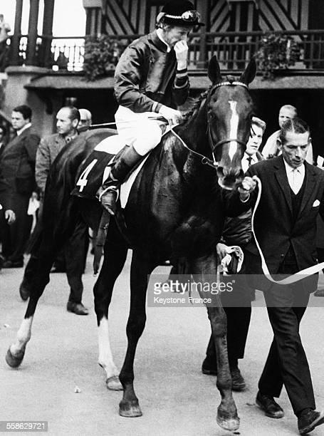 Le cheval francais 'Sea Bird' monte par T P Glennon apres sa victoire dans le 'Prix Lupin' le 24 mai 1965 à l'hippodrome de Longchamp à Paris France