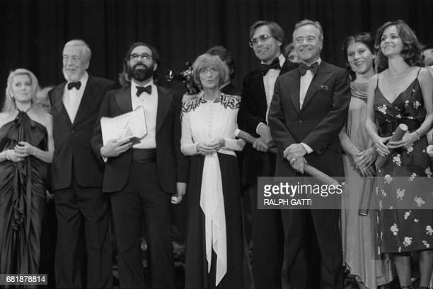 Le cinéaste John Huston pose en compagnie de l'actrice Catherine Deneuve du cinéaste Francis Ford Coppola à qui la Palme d'Or vient d'être remise...