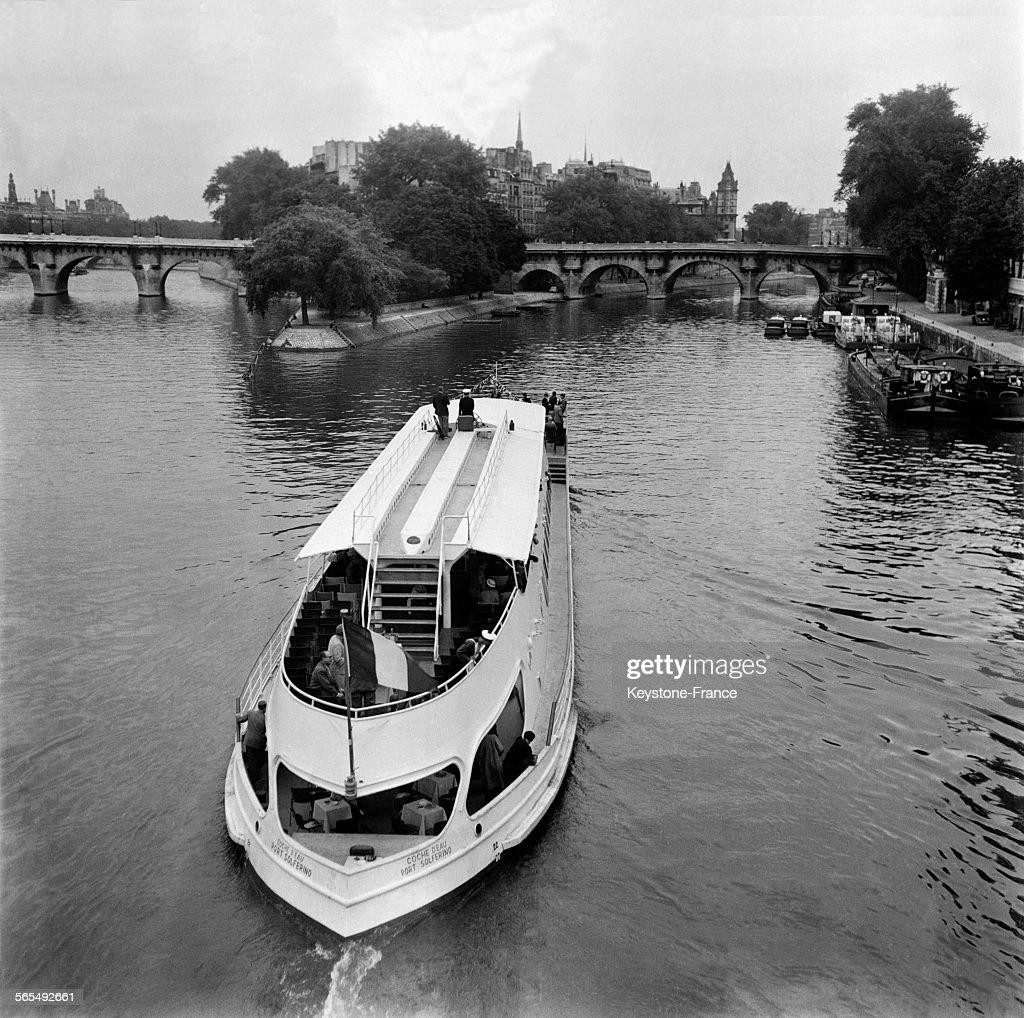 le 39 coche d 39 eau 39 nouveau navire des bateaux mouches parisiens sur la pictures getty images. Black Bedroom Furniture Sets. Home Design Ideas