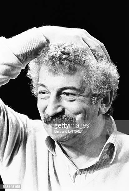 Le comédien français Yves Robert dans la pièce 'L'escalier' à Paris France le 10 février 1982