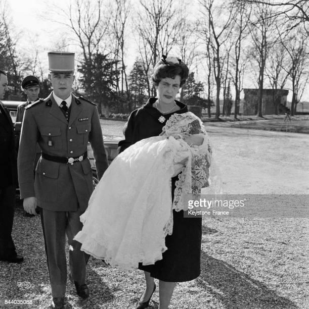 Le comte et la comtesse de Clermont leur fils François de France dans les bras de sa maman photographiés avant la cérémonie à Dreux France le 4 mars...
