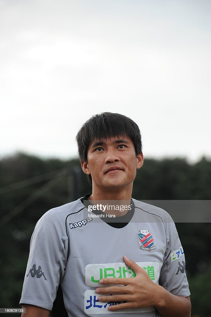 Le Cong Vinh #19 of Consadole Sapporo looks on before the J.League second division match between Tochigi SC and Consadole Sapporo at Tochigi Green Stadium on September 15, 2013 in Utsunomiya, Japan.