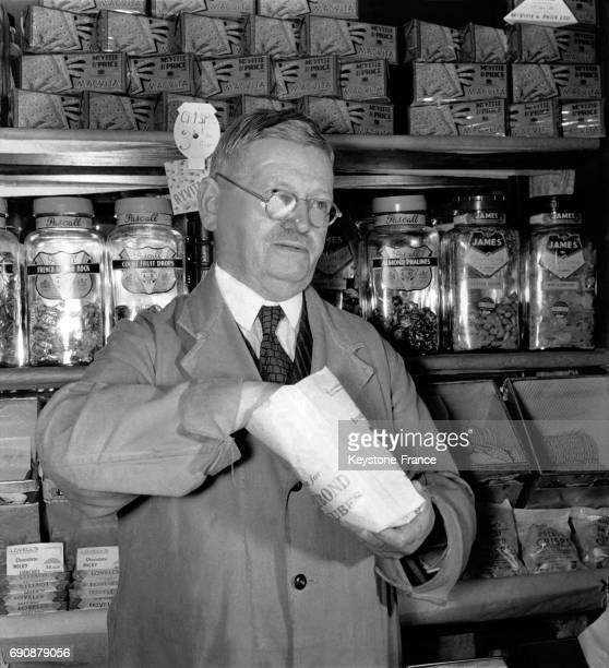 Le conseiller municipal Alfred Evans photographié dans son magasin d'alimentation au RoyaumeUni