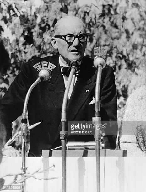 Le Corbusier *06101887Architekt Frankreich/Schweizhält eine Rede anlässlich einer ihm gewidmetenAusstellung in Berlin 1957