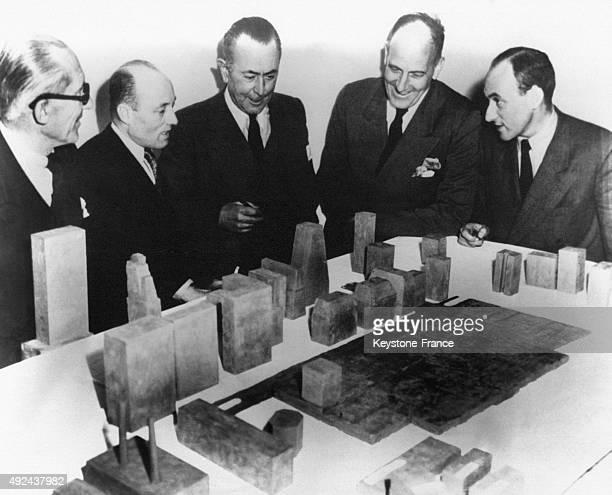 Le Corbusier Nikolai Bassov Sir Howard Robertson Wallace K Harrison et l'officier de liaison S Wolff examinent la maquette du gratteciel du siege de...