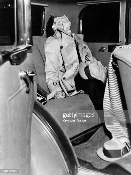 Le corps du baron de l'alcool sous la Prohibition Harry Meagher assassiné dans son automobile devant son domicile le 27 janvier 1933 à Los Angeles CA