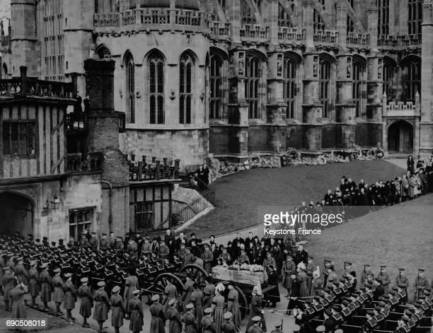 Le cortège funéraire du Roi George V entre à la St George Chapel le 28 janvier 1936 à Windsor au RoyaumeUni