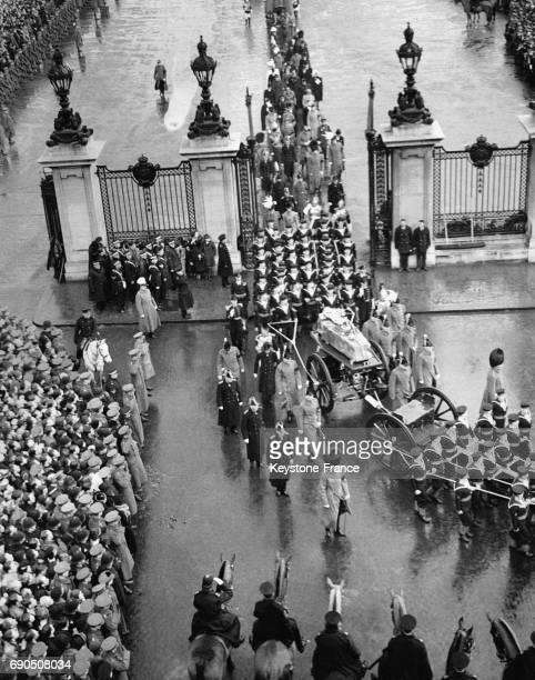 Le cortège funéraire du Roi George V passe la grille de la St George Chapel le 28 janvier 1936 à Windsor au RoyaumeUnis