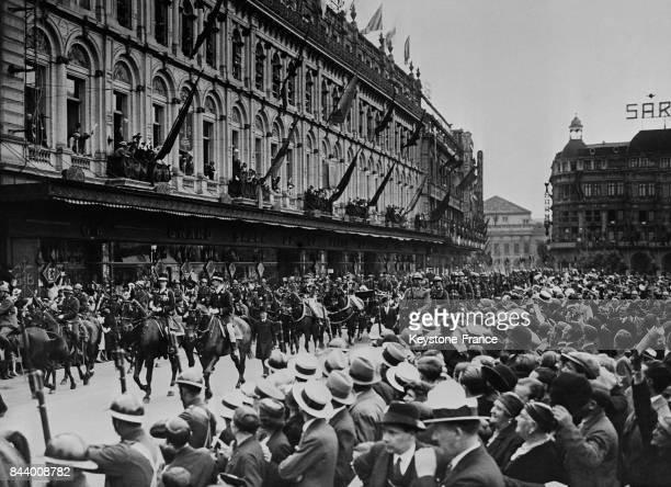 Le cortège royal passe au milieu d'une foule enthousiaste sur la Place SaintLambert à Liège Bruxelles le 8 juillet 1935