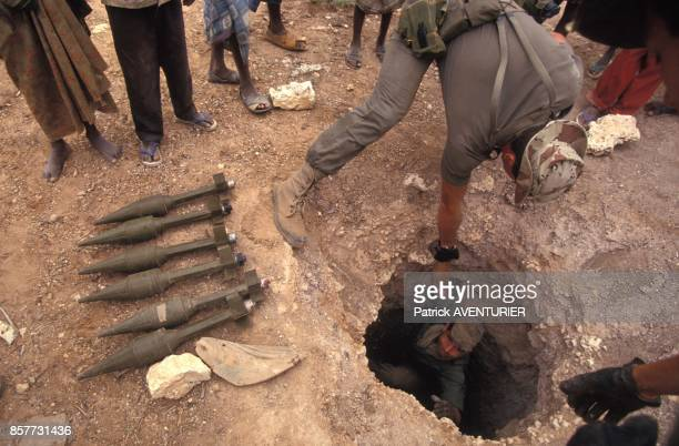 Le COS Commandement des operations speciales decouvre une cache d'armes a Hodur lors de l'operation 'Restore Hope' en Somalie en decembre 1992 a...