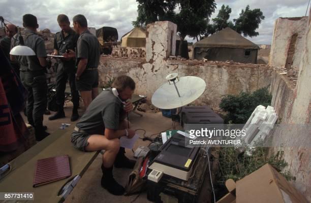 Le COS Commandement des operations speciales effectue le traitement et l'envoi des renseignements par satellite a Paris lors de l'operation 'Restore...