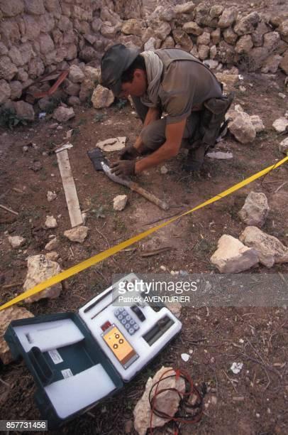 Le COS Commandement des operations speciales lors de l'operation 'Restore Hope' en Somalie un demineur s'apprete a detruire une roquette de RPG en...