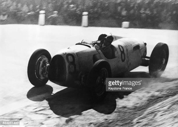 Le coureur automobile Bernd Rosemeyer dans sa voiture 'Auto Union' lors du grand prix de Prague qu'il va gagner à Prague République Tchèque le 2...