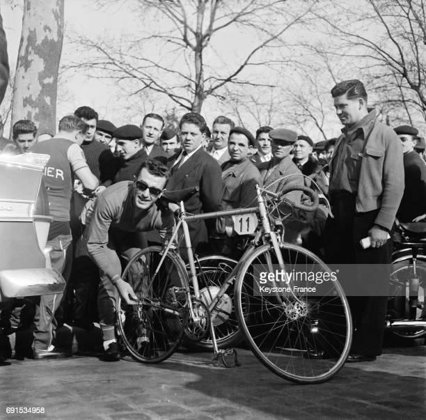 Le coureur cycliste Louison Bobet préparant son vélo au départ de la course ParisNice à Paris France le 16 mars 1957