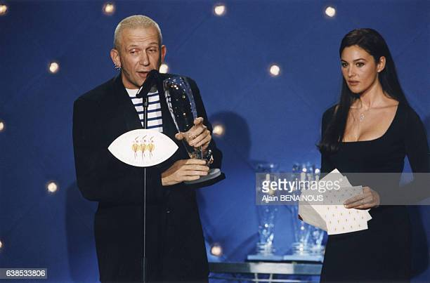 Le couturier JeanPaul Gaultier a reçu le trophée du meilleur film de publicité des mains de Monica Bellucci lors de la cérémonie des Trophées de la...