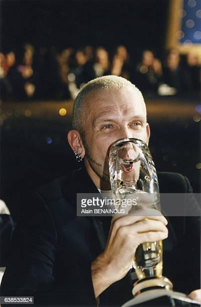 Le couturier JeanPaul Gaultier fête sa récompense en buvant dans son trophée le 21 novembre 1996 à Paris France