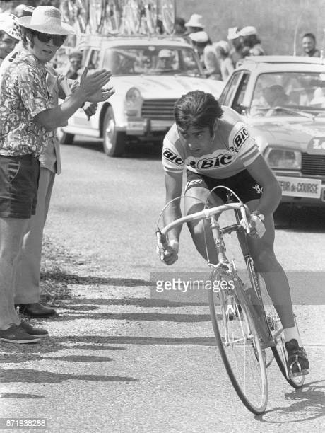 Le cycliste espagnol Luis Ocana chasse derrière le français JeanPierre Danguillaume le 08 juillet lors de la première partie de la 7ème étape de la...